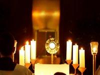 Jesus im Brotsakrament, über Ihm, der Überlieferung nach, ein Stück seines Kreuzes im Reliquiar.